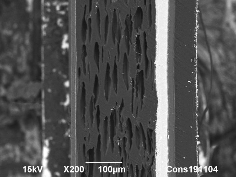 Backscattered Electron SEM image of a multilayered foil, containing an Aluminium sheet. 100 µm. Photo by Jaap Nijsse, Consistence Microstructure Research Laboratory.
